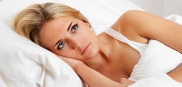 Dormir de olhos abertos é sinal de alerta