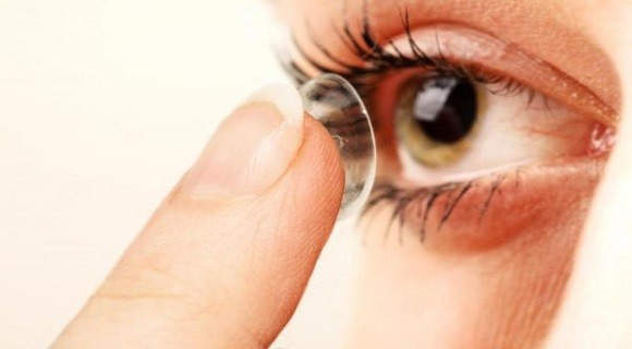 A adaptação de lentes de contato é considerada ato médico e como tal deve ser feita por médico oftalmologista capacitado